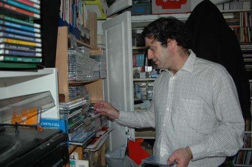 Pablo buscando discos para una fiesta