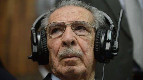 Ríos Mott escuchando con cascos durante la vista juidicial